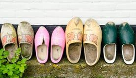 Houten schoenen tegen een muur Stock Foto