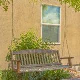 Houten schommeling buiten een huis in de zonnige Vallei van Utah royalty-vrije stock foto