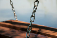 Houten schommeling door het meer Royalty-vrije Stock Foto's