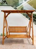 Houten schommeling met dubbele zetel in openlucht Stock Afbeelding