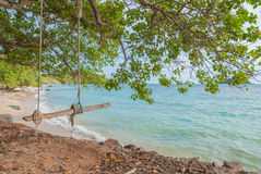Houten schommeling met kabels dichtbij strand Stock Foto