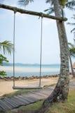 Houten schommeling op het strand Stock Afbeelding
