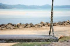 Houten schommeling op het strand Stock Fotografie