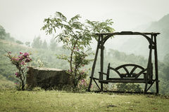 Houten schommeling in tuin Royalty-vrije Stock Afbeeldingen