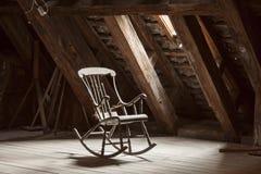 Houten schommelstoel in zolder Stock Foto's