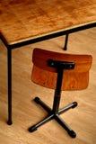 Houten schooltable en stoel stock afbeelding