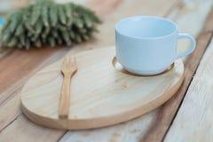 Houten schotel en coffe kop op houten lijst Met tekstruimte Stock Afbeelding