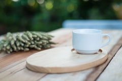Houten schotel en coffe kop op houten lijst Met tekstruimte Royalty-vrije Stock Fotografie