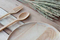 Houten schotel en houten vork op houten lijst Met tekstruimte Stock Foto's