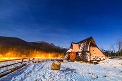 Houten schuilplaats in Tatra-bergen bij nacht Stock Foto
