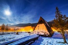 Houten schuilplaats in Tatra-bergen bij nacht Stock Fotografie