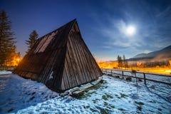 Houten schuilplaats in Tatra-bergen bij nacht Stock Foto's