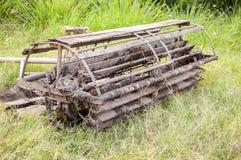 Houten Seat-het Lopen tractor die op groen gras wordt bevlekt stock afbeelding