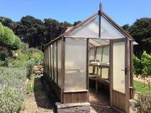Houten serre in een tuin Stock Foto