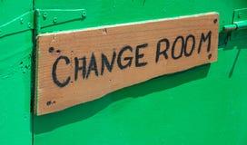 Houten signage buiten de ruimte De raad van het kledings het veranderende bericht hangen in de muur De montage kleedt geschroefte royalty-vrije stock foto's