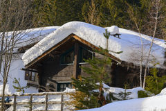 Houten skichalet in sneeuw, bergmening Stock Afbeeldingen