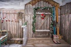 Houten skis die zich dichtbij de portiek bevinden Stock Afbeeldingen