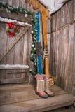 Houten skis die zich dichtbij de portiek bevinden Royalty-vrije Stock Afbeeldingen