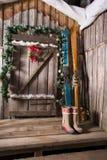 Houten skis die zich dichtbij de portiek bevinden Stock Foto's