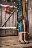 Houten skis die zich dichtbij de portiek bevinden Royalty-vrije Stock Foto's