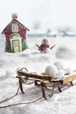 Houten slee en sneeuwballen met winterse achtergrond Stock Fotografie