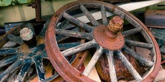 Houten spoked wielen leggend in een stapel royalty-vrije stock fotografie