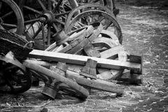 Houten spoked wielen leggend in een stapel royalty-vrije stock foto's