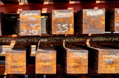 Houten spoorbanden klaar voor plaatsing stock afbeelding