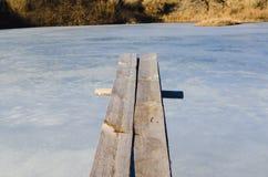 Houten springplankoverhangend gedeelte over ijswater royalty-vrije stock foto