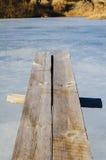 Houten springplankoverhangend gedeelte over ijswater stock fotografie