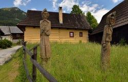 Houten standbeelden in historisch dorp Vlkolinec royalty-vrije stock afbeeldingen