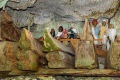 Houten standbeelden van Tau Tau en doodskisten in TampangAllo-begrafenishol in Tana Toraja indonesië stock foto