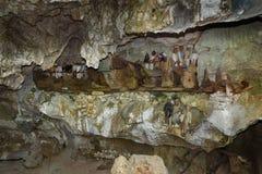 Houten standbeelden van Tau Tau en doodskisten in TampangAllo-begrafenishol in Tana Toraja indonesië stock foto's