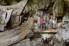 Houten standbeelden van Tau Tau en doodskisten in TampangAllo-begrafenishol in Tana Toraja indonesië royalty-vrije stock fotografie