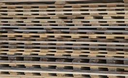 Houten stapelpatroon van een vervoerpakhuis stock fotografie