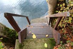 Houten stappen op rivierbank Stock Fotografie