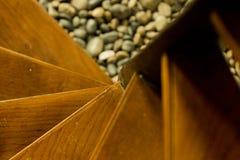 Houten stappen van een ronde die trap vanaf bovenkant, met aders van houten zichtbaar in sommige stappen wordt gezien stock foto's