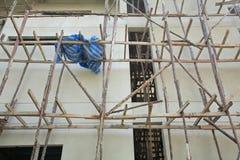Houten steiger bij Hoge bouwconstructie stock afbeelding