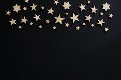 Houten sterren op een zwarte achtergrond Hand getrokken abstracte achtergrond prentbriefkaar Mensen` s dag nacht astronomie stock foto