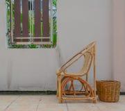 Houten stoel en bak Stock Foto's