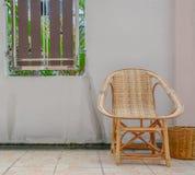 Houten stoel en bak Stock Afbeelding