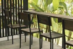 Houten stoel en houten lijst met aard Stock Foto
