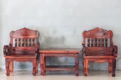 Houten stoel en lijst stock afbeeldingen