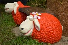 Houten stoel en oranje schapenmodel Royalty-vrije Stock Afbeelding