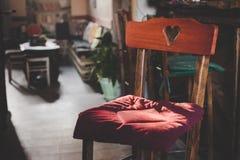 Houten stoel met een hart gevormd terug aangestoken ornament royalty-vrije stock foto's