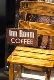 Houten stoel met een teken die hotelruimten en koffie aanbieden Slechte en ontbijt Uitstekende stijl stock afbeeldingen