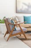 Houten stoel met hoofdkussen in moderne woonkamer Stock Foto
