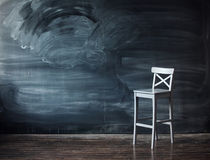 Houten stoel tegen een schoolbank voor de brief Stock Afbeeldingen