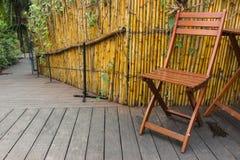 Houten Stoel in tuin Stock Foto