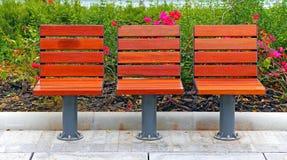 Houten stoelen bij tuin Stock Fotografie